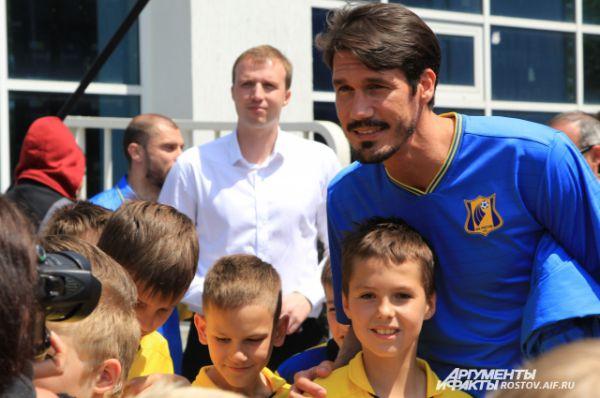 После торжественной части болельщики фотографировались с футболистами. Сезар Навас с удовольствием позировал перед камерами.