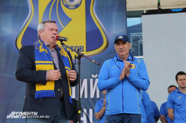 Губернатор Василий Голубев поздравил всех с историческим результатом, особо он благодарил наставника ростовчан Курбана Бердыева.
