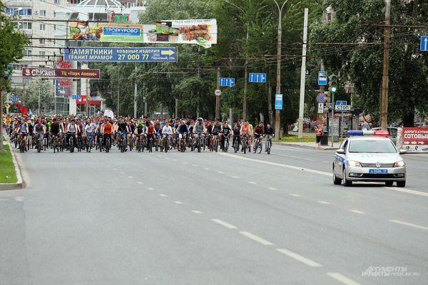 Велоколонну на улицах города сопровождали машины ГИБДД.