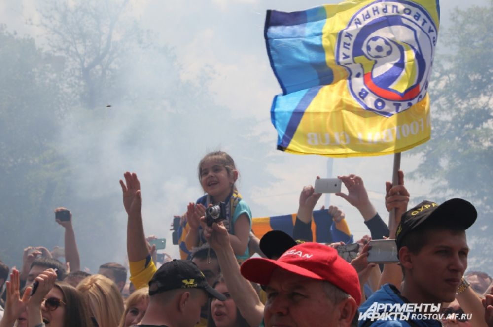 Фанаты зажги файера, площадь на несколько минут заволокло дымом.