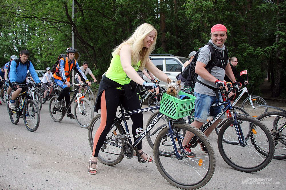 Среди участников велопробега можно было увидеть родителей с детьми, пожилых людей, спортсменов, а также представителей разных организаций и даже домашних животных.