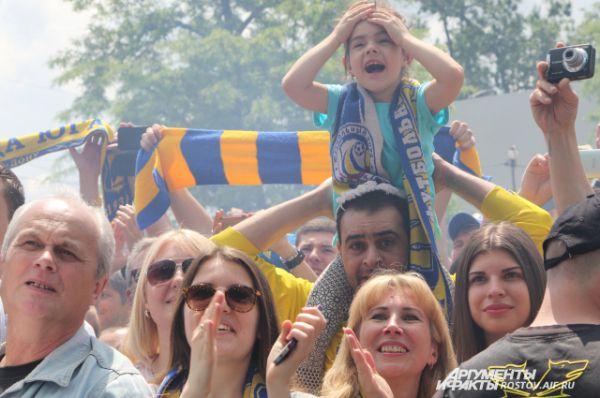На площади перед стадионом «Олимп-2» собралось около четырех тысяч ростовчан, чтобы поблагодарить команду за блестящее выступление в сезоне 2015-2016 премьер-лиги по футболу России.