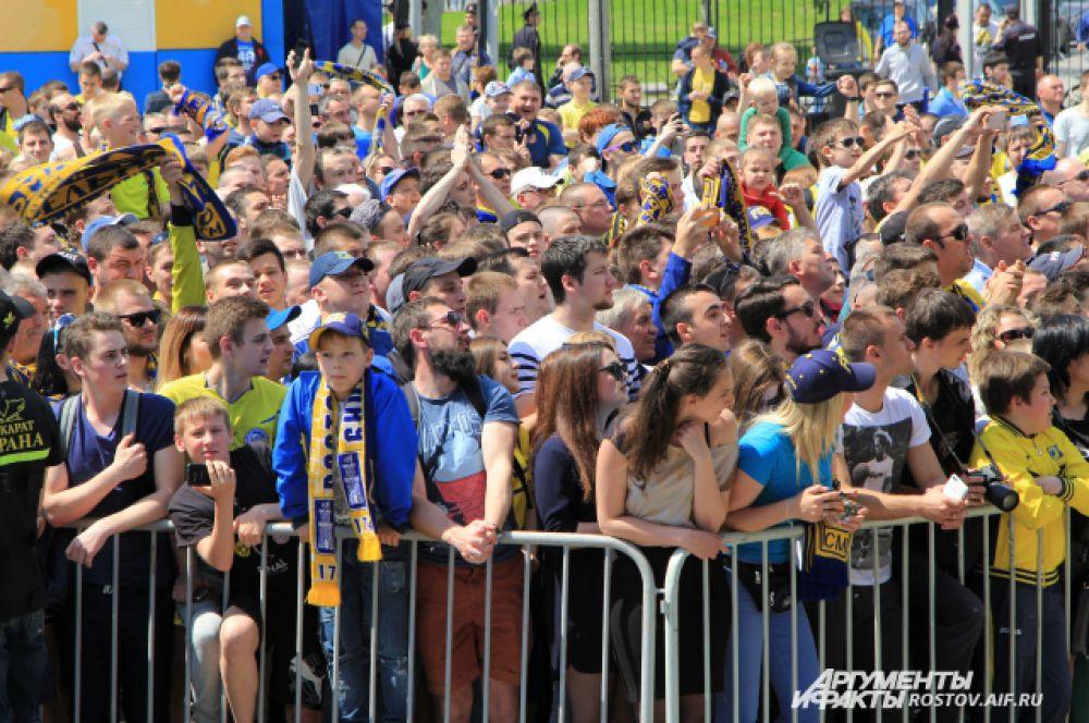 Болельщики благодарили футболистов за радость победы.