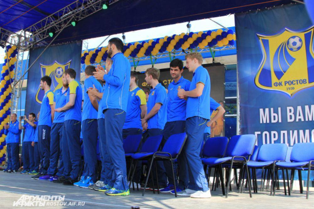 Тренер ФК «Ростов» Дмитрий Кириченко снимает яркое действо на мобильный телефон.