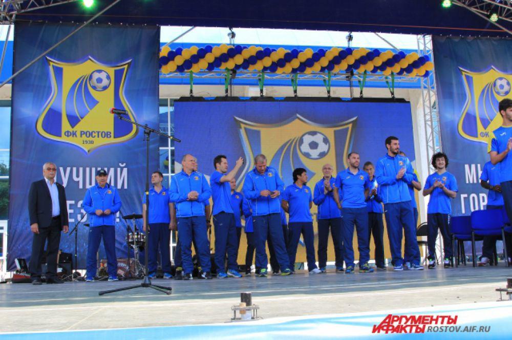 Футболисты и тренерский штаб под овации поднимаются на сцену!