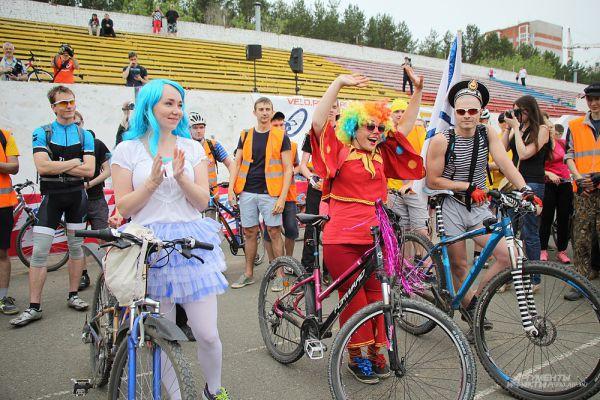 На площадке стадиона прошёл ежегодный конкурс костюмов сказочных героев.