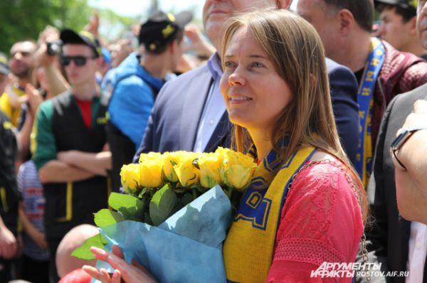 Болельщицы дарили футболистам свое тепло и цветы, под цвет клубной атрибутики.