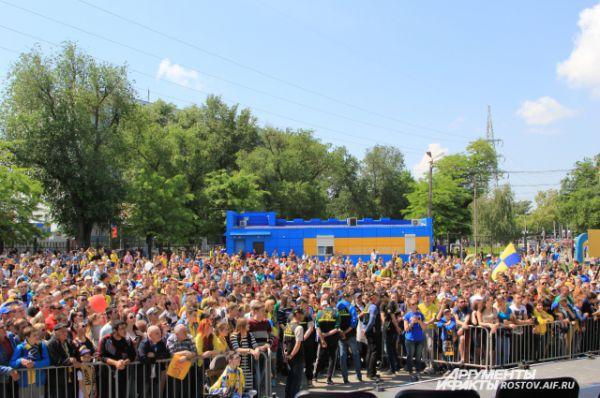 Ростовчане пришли на стадион, чтобы сказать «спасибо!» футболистам за блестяще проведенный сезон – 2-е место и завоевание права выступать в Лиге Чемпионов Европы.