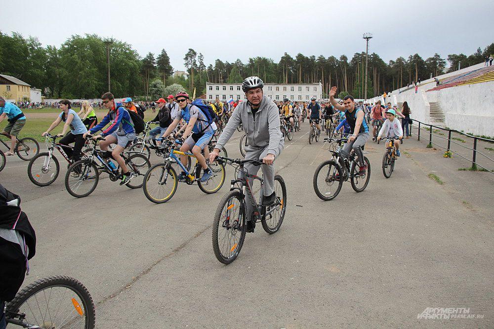 Велосипедисты длинной колонной двинулись вперед.