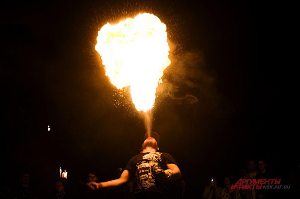 Праздник завершился огненным шоу. Артисты показали какие трюки можно делать с огнём.
