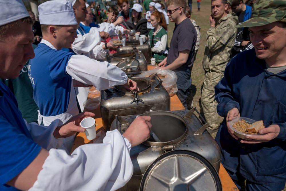 Всех волонтеров накормили вкусной гречневой кашей, которую обеспечили МЧС.