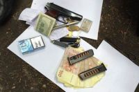 Изъятые деньги и табельное оружие