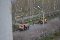 Специалисты очищают не только дороги, но и тротуары.