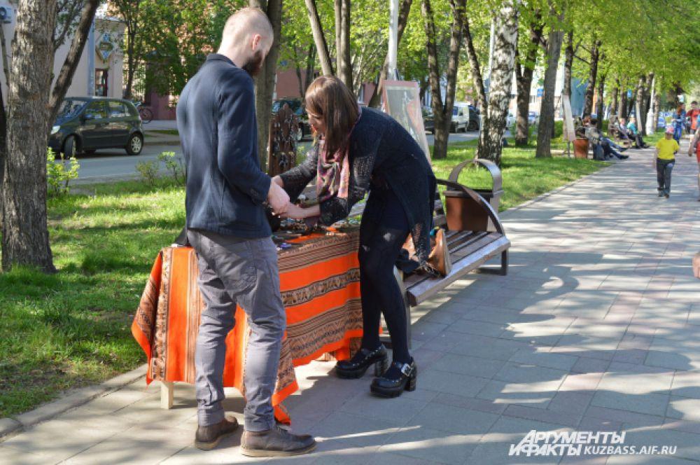 Арбат на Весенней в 2011 году «вырос» из проекта «Арт-кафе» кемеровского Дома актёров.
