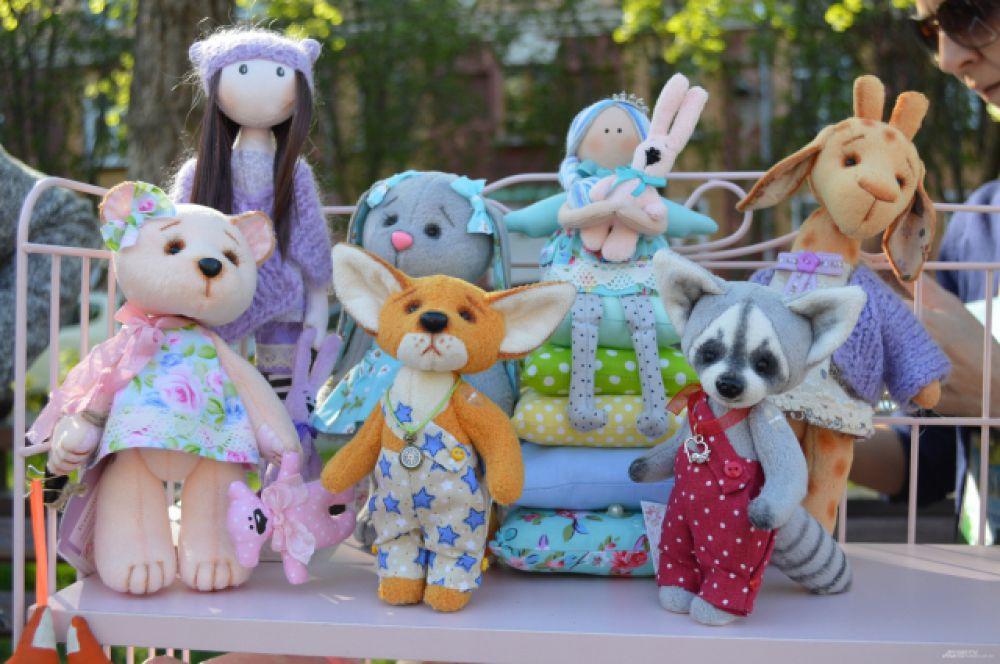 Невозможно пройти мимо таких милейших созданий, но нужно понимать, что за ручной труд заплатить придётся немало: такие куклы стоят 500-1000 рублей.