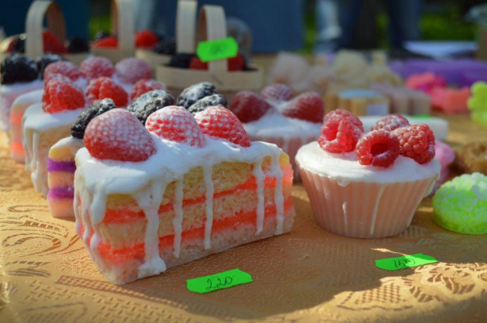 На ярмарке можно найти и практически полезные вещицы: как вам «сладкое» мыло для рук?