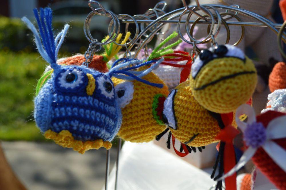 Значительно уступают в цене игрушкам вязаные брелоки самых разных форм.
