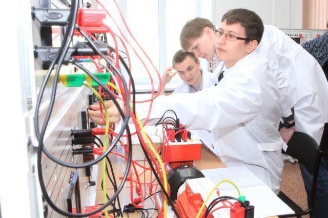 Студенты моделируют режимы  электроэнергетических систем. На аналогичном оборудовании они будут работать и в сетевых компаниях «Иркутскэнерго».