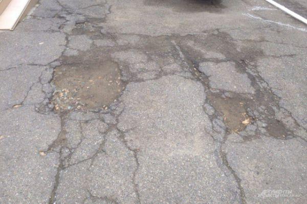 Ямы на тротуаре на ул. Дзержинского
