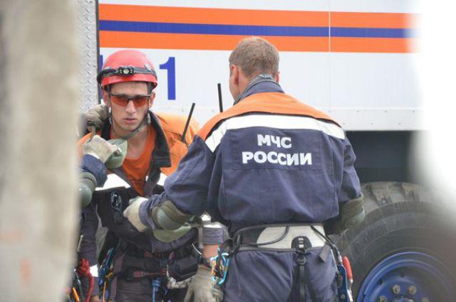 Спасателям понадобилось шесть часов, чтобы при помощи спецоборудования поднять на поверхность рабочих.