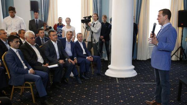 «Гляжу в глаза будущей власти», – начал своё выступление премьер. Приветственное слово оказалось коротким. «Я, в общем-то, приехал здесь не выступать, хочу вас послушать», – отметил Медведев, передав микрофон другим участникам встречи.