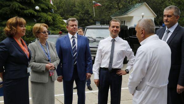 24 мая Медведев посетил детский санаторий «Южнобережный» в Алупке