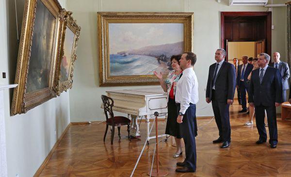 Понедельник был посвящен вопросам культуры. Медведев посетил картинную галерею имени И.К.Айвазовского и литературно-мемориальный музей Александра Грина в Феодосии.