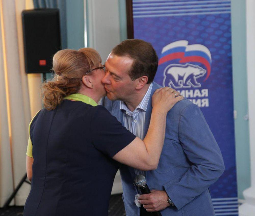 Особенно горячо глава правительства встречал председателя Госсовета Крыма по культуре Светлану Савченко. Фотографией с премьер-министром она похвасталась на своей странице в Facebook.