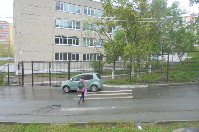 В Лениском районе переход к школе закрыла малолитражка...