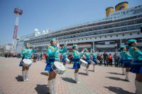 Лайнеры-гиганты во Владивостоке встречают красочным шоу.