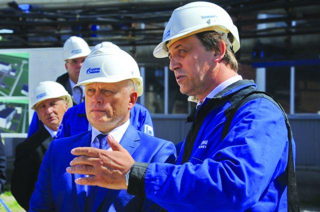 Олег Белявский (справа) рассказывает главе региона о реконструкции завода.