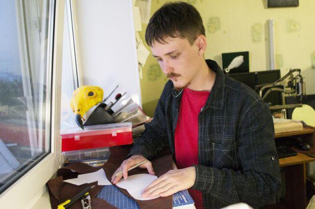 Александр Садчиков «влюбился» в кожу два года назад.