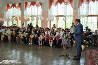 Выпускников поздравили с праздником Вячеслав Двораковский и Галина Горст.