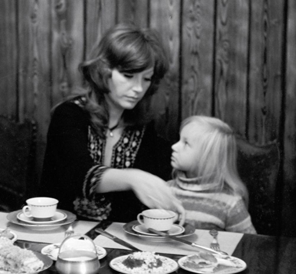 Эстрадная певица Алла Пугачева с дочерью Кристиной дома, 1978 год.
