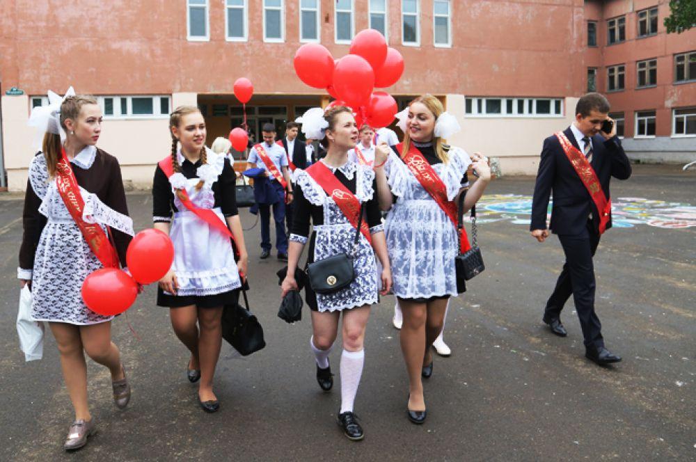 Выпускники после праздника «Последний звонок» в гимназии № 7 приморского города Арсеньева.