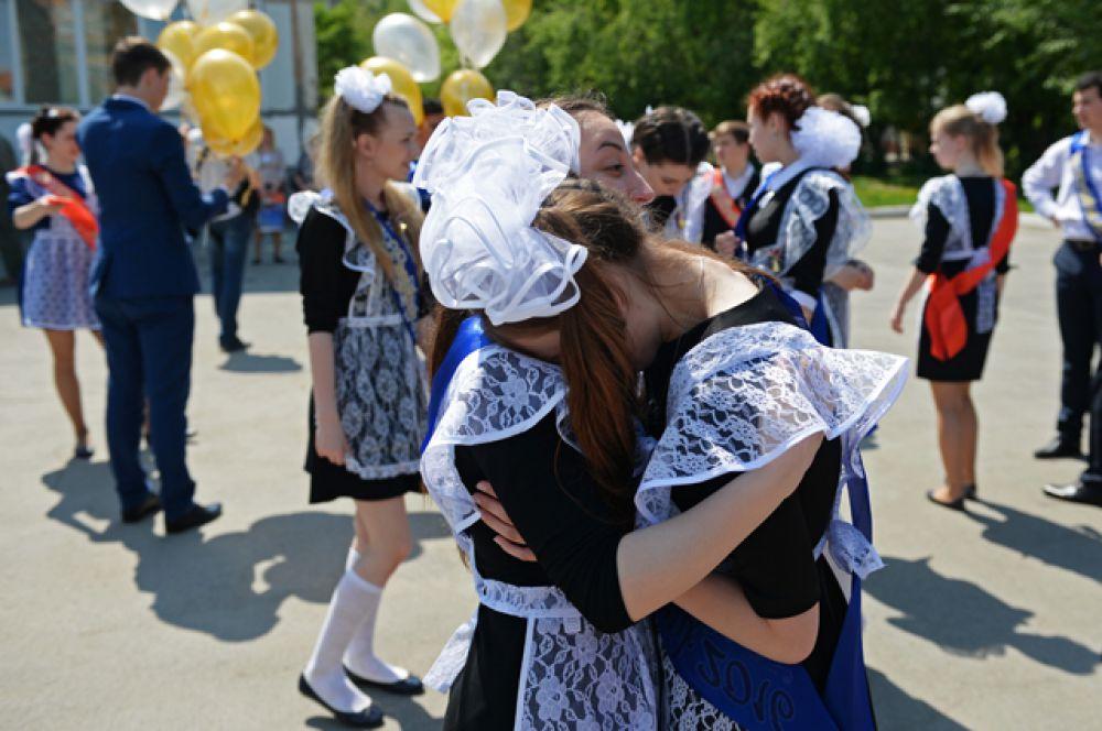Последний звонок в классической гимназии № 17 в Новосибирске.