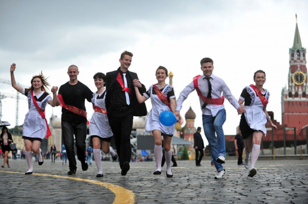 Выпускники одной из московских школ на Красной площади.