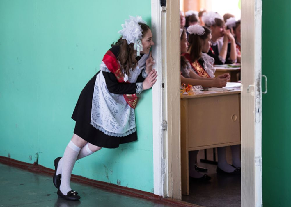 Выпускники перед торжественной линейкой в гимназии № 1 имени Лупова в городе Тара Омской области.