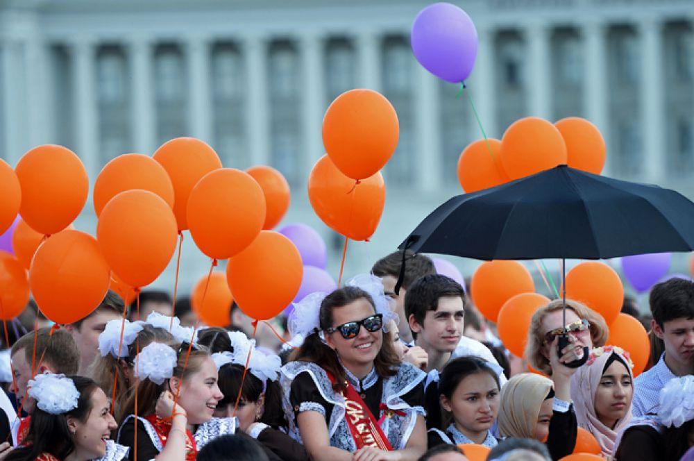Школьники на празднике «Последний звонок» на Кремлевской набережной города Казани.