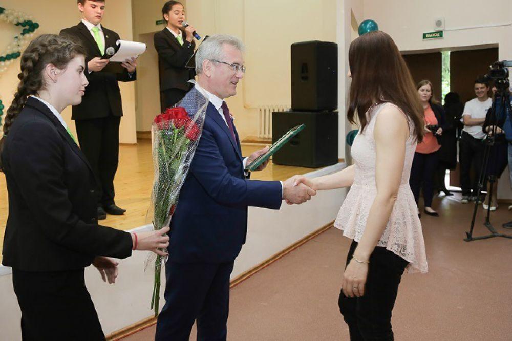 Лучших учеников поздравил губернатор.