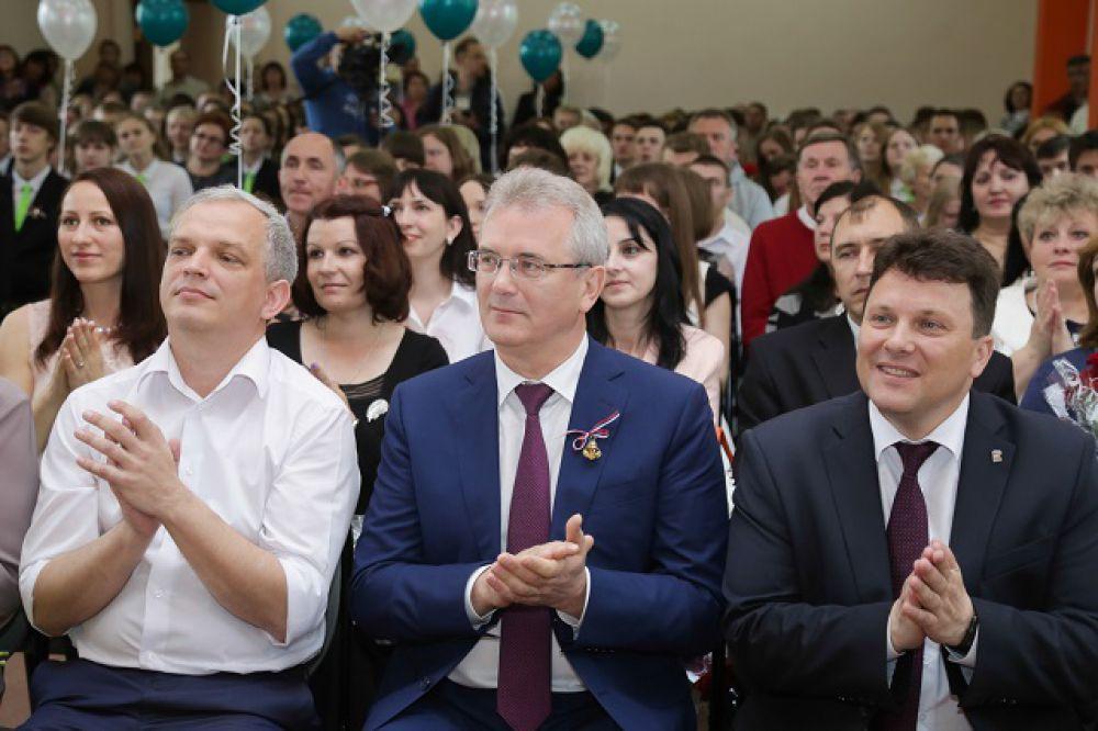 Когда тебе аплодируют директор, губернатор и министр...