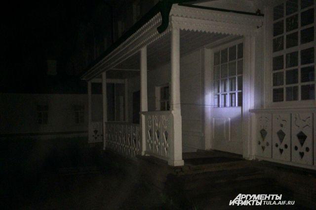 Дом Толстого ночью.