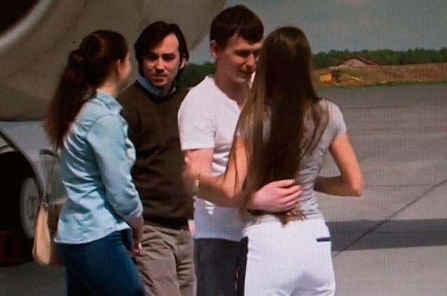 Россияне Евгений Ерофеев (слева) и Александр Александров с супругами в аэропорту Внуково.