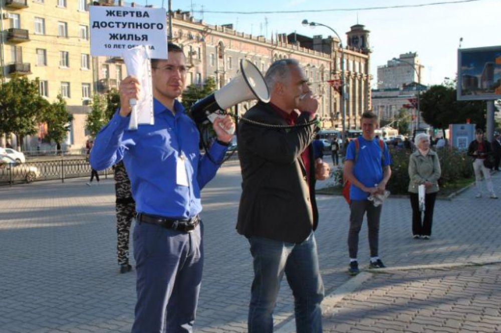 Александр Аверков, член инициативной группы обманутых дольщиков, пытается добиться правды и справедливости. Незадолго он выходил на одиночный пикет перед зданием областного правительства.