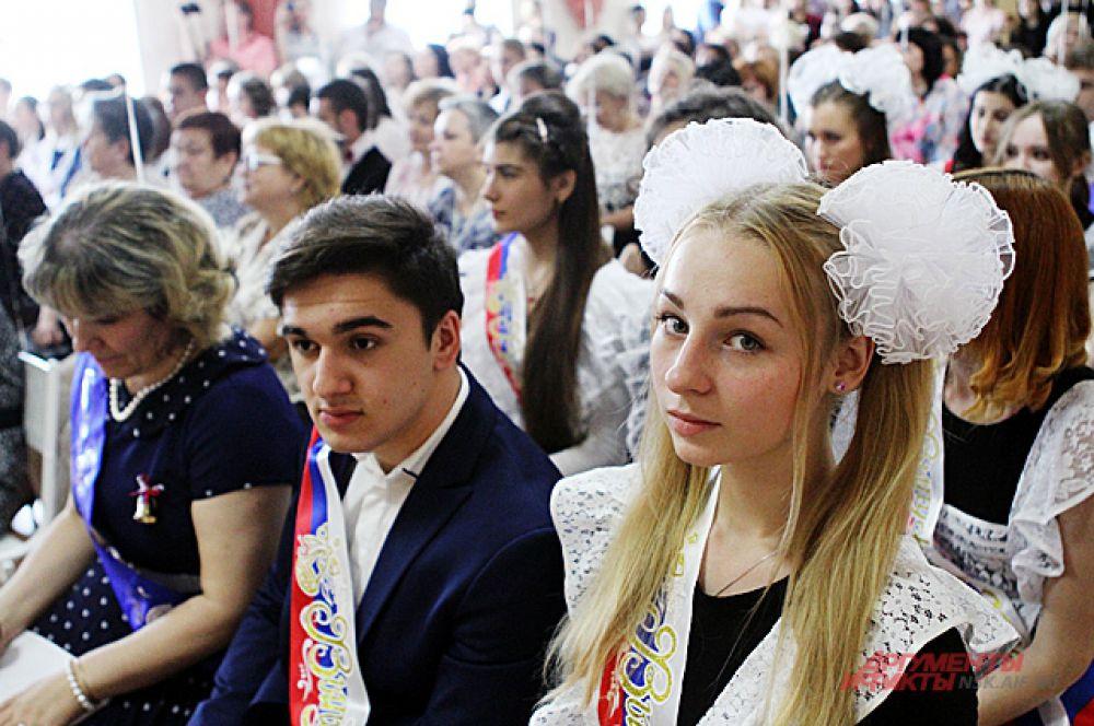 В школах Новосибирска на последних звонках было 7 тысяч школьников.