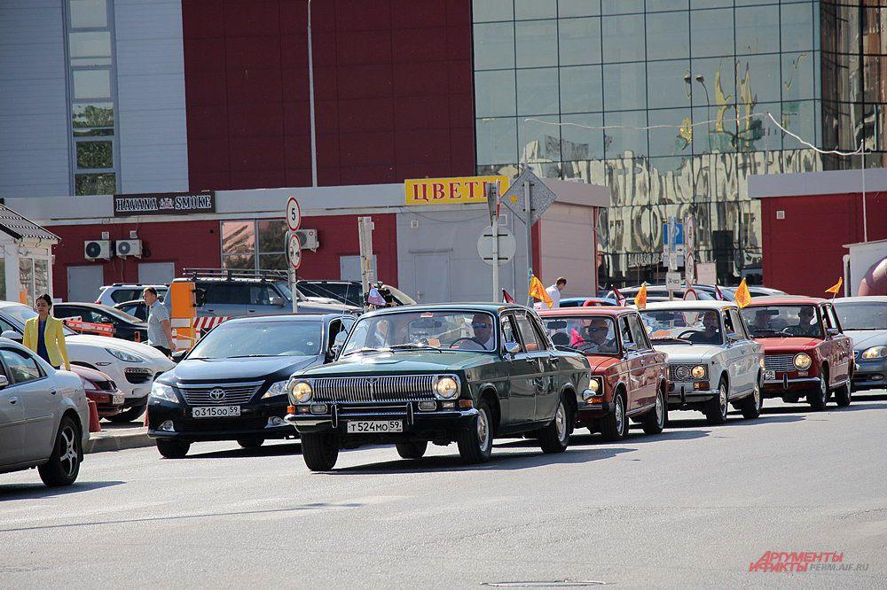 Машины друг за другом выехали с парковки и направились в сторону выезда из города.