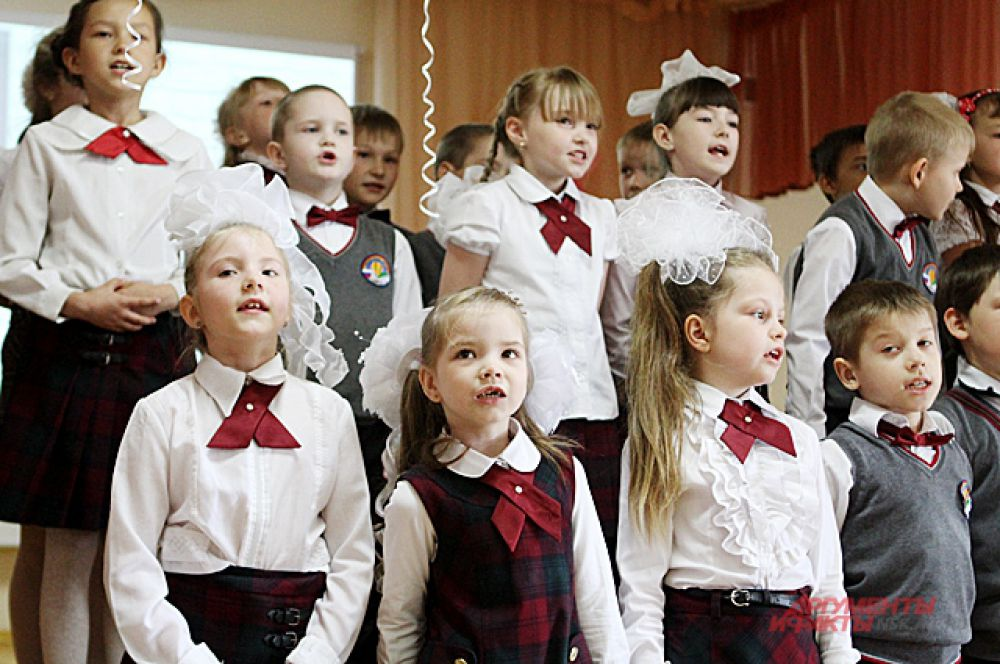 Младшие школьники поздравили с окончанием старшеклассников.