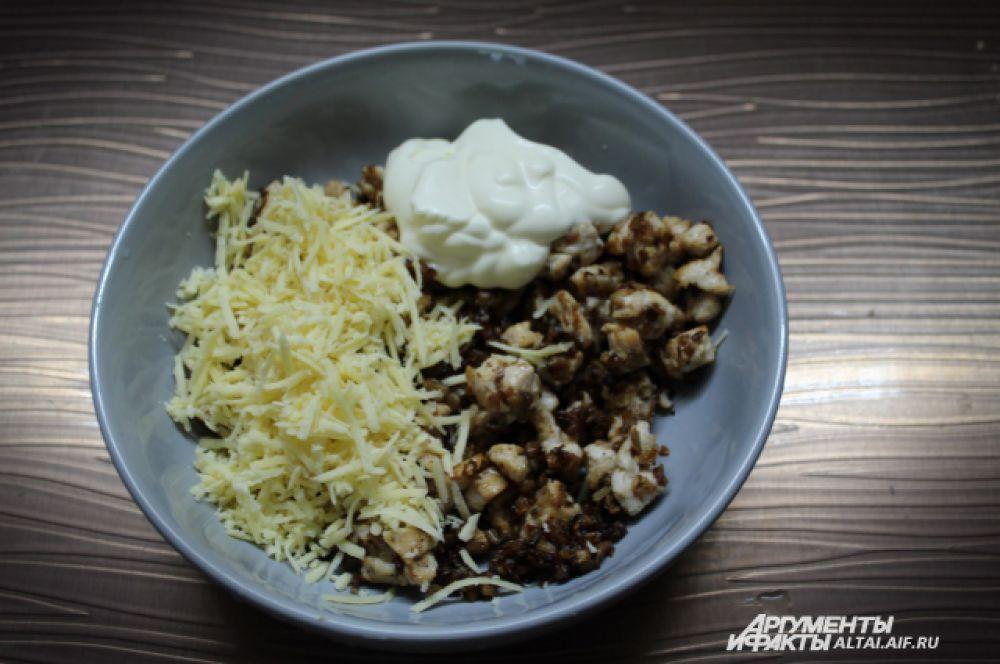 Смешиваем 1/3 часть сыра, майонез и обжаренную начинку.