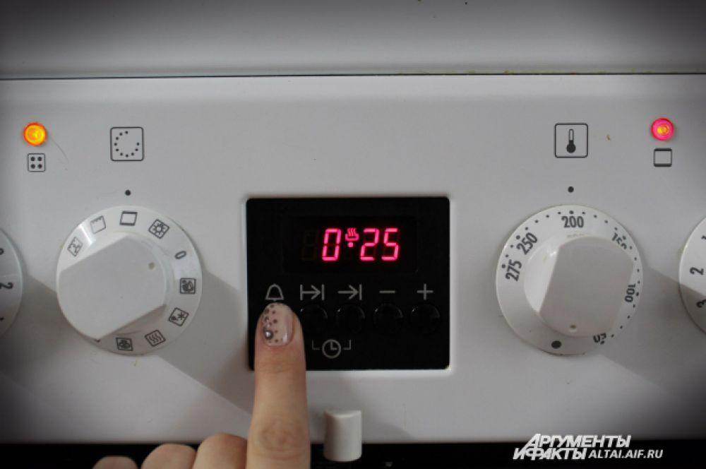 Ставим шампиньоны в разогретую до 200 градусов духовку на 25 минут.