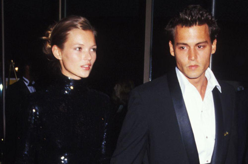 В 1994 году Депп начал встречаться с британской супермоделью Кейт Мосс. Их роман, названный журналистами «кокаиновым», продлился 4 года — пара рассталась в 1998 году.